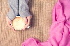 Dziewczyna trzyma filiżankę kawy z latte sztuką Wolnego czasu pojęcie Zdjęcia Royalty Free