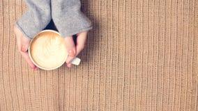 Dziewczyna trzyma filiżankę kawy z latte sztuką Wolnego czasu pojęcie Obrazy Royalty Free