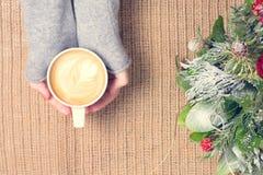 Dziewczyna trzyma filiżankę kawy z latte sztuką Wolnego czasu pojęcie Zdjęcia Stock