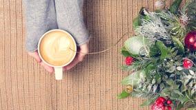 Dziewczyna trzyma filiżankę kawy z latte sztuką Wolnego czasu pojęcie Zdjęcie Royalty Free