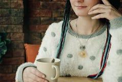 Dziewczyna trzyma filiżankę w jej ręce Zdjęcie Stock