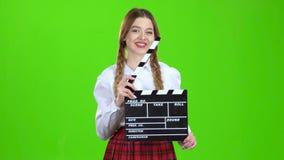 Dziewczyna trzyma film w ona ręki zielony ekran zbiory