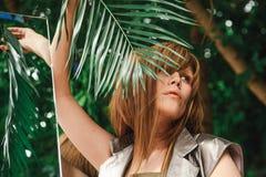 Dziewczyna trzyma gałąź paproć która odbijają w lustrze Zdjęcia Stock