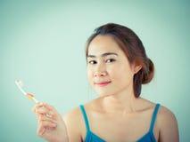 Dziewczyna trzyma jej toothbrush Obrazy Stock