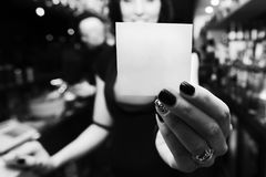 Dziewczyna trzyma kartę obraz stock