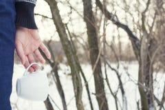 Dziewczyna trzyma kawowego kubek fotografia royalty free