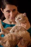 Dziewczyna trzyma kota z czarni włosy Obrazy Stock