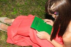 Dziewczyna trzyma książkę w ona w czerwonej sukni ręki Sergei Yesenin Obrazy Royalty Free