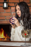 Dziewczyna trzyma kubek gorąca kawa Zdjęcia Royalty Free