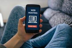 Dziewczyna trzyma mądrze telefon z web hosting pojęciem na ekranie Zdjęcia Royalty Free
