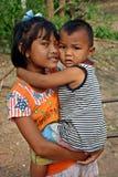 Dziewczyna trzyma młodszego brata obraz royalty free