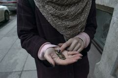 Dziewczyna trzyma małą zmianę w jej palmie fotografia stock