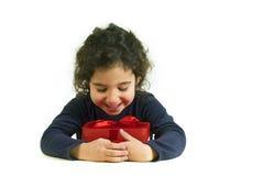 dziewczyna trzyma małą prezent Obrazy Royalty Free