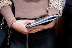 Dziewczyna trzyma notatnika dla magnetofonowej ważnej informaci podczas obraz royalty free