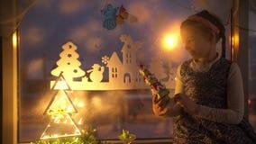 Dziewczyna trzyma nowego roku ` s zabawkę zbiory