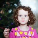 Dziewczyna trzyma paintbrush Obraz Royalty Free