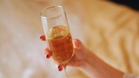 Dziewczyna trzyma pięknego szkło szampan z bliska Dziewczyna obraca szkło w ona ręki zbiory