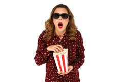 Dziewczyna trzyma popkorn i pozuje w niespodziance w stereo szkłach zdjęcie royalty free