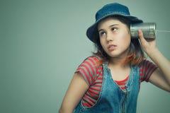 Dziewczyna trzyma puszkę z sznurem zdjęcie stock