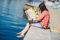 Dziewczyna trzyma Ryską mapę w rękach Zdjęcie Stock