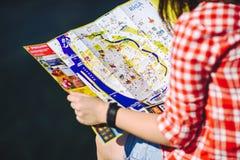 Dziewczyna trzyma Ryską mapę w rękach Zdjęcia Royalty Free