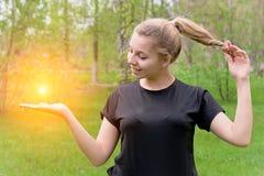 Dziewczyna trzyma słońce w jej ręce zdjęcia stock