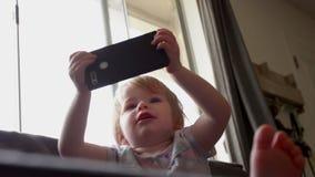 Dziewczyna trzyma smartfon i uśmiechy zbiory