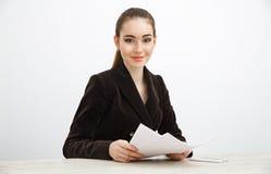 Dziewczyna trzyma stertę dokumenty w ciemnej kurtce Obrazy Royalty Free