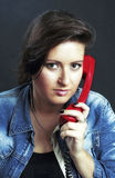 Dziewczyna trzyma telefon czerwień w ręce Obraz Stock