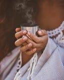 Dziewczyna trzyma termos z parującą herbatą Zdjęcia Royalty Free