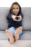 Dziewczyna trzyma TV daleki Zdjęcia Royalty Free