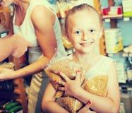Dziewczyna trzyma udział spaghetti pakunki w sklepie fotografia royalty free