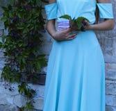 Dziewczyna trzyma wiązkę winogrona fotografia stock