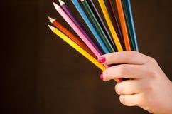 Dziewczyna trzymający ołówek Zdjęcie Royalty Free