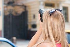 Dziewczyna turysta fotografuje architekturę miasto Zdjęcie Stock