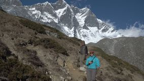 Dziewczyna turysta iść na śladzie w himalajach zdjęcie wideo