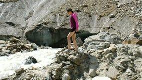 Dziewczyna turysta iść puszek halna rzeka skały zbiory wideo