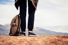 Dziewczyna turysta w czerń sportach dyszy stojaki na wzgórzu Nogi podróżnik i plecak z butelką wodny zakończenie obrazy royalty free