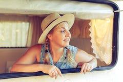 Dziewczyna turysta w obozowicza samochodzie dostawczym obraz stock