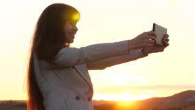Dziewczyna turysta w polu robi selfie z pastylk? pi?kna biznesowa kobieta podr??uje selfie fotografi? i bierze u?ywa? a zbiory