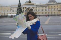 Dziewczyna turysta z mapą Fotografia Stock