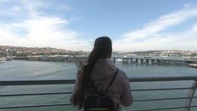 Dziewczyna turysta z plecak pozycją na moście i cieszy się widok Bosphorus, Złoty róg zbiory