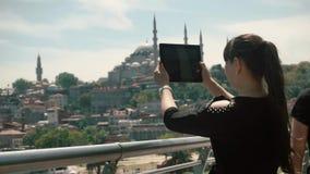Dziewczyna turysty fotografie na gadżecie, piękny widok dziejowi widoki miasto zdjęcie wideo