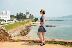 Dziewczyna turysty Galle kapeluszowych okularów przeciwsłonecznych radości pogodna latarnia morska zdjęcie stock