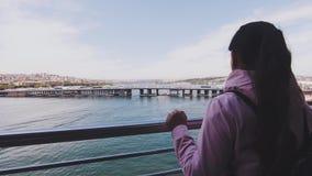 Dziewczyna turysty stojaki na moście i podziwiają krajobraz Podpalany «Złoty róg « zbiory wideo
