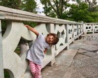 Dziewczyna uśmiecha się bawić się obrazy royalty free