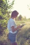 Dziewczyna używać pastylka PECETA Zdjęcie Stock
