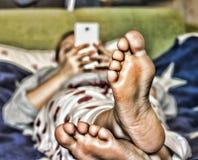 Dziewczyna używa białego smartphone na leżance w domu kolor flaga amerykańska zdjęcia royalty free
