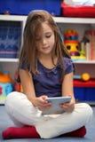 Dziewczyna używa cyfrowego pastylka komputer Obraz Stock