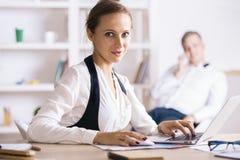 Dziewczyna używa laptop stronę Zdjęcia Stock